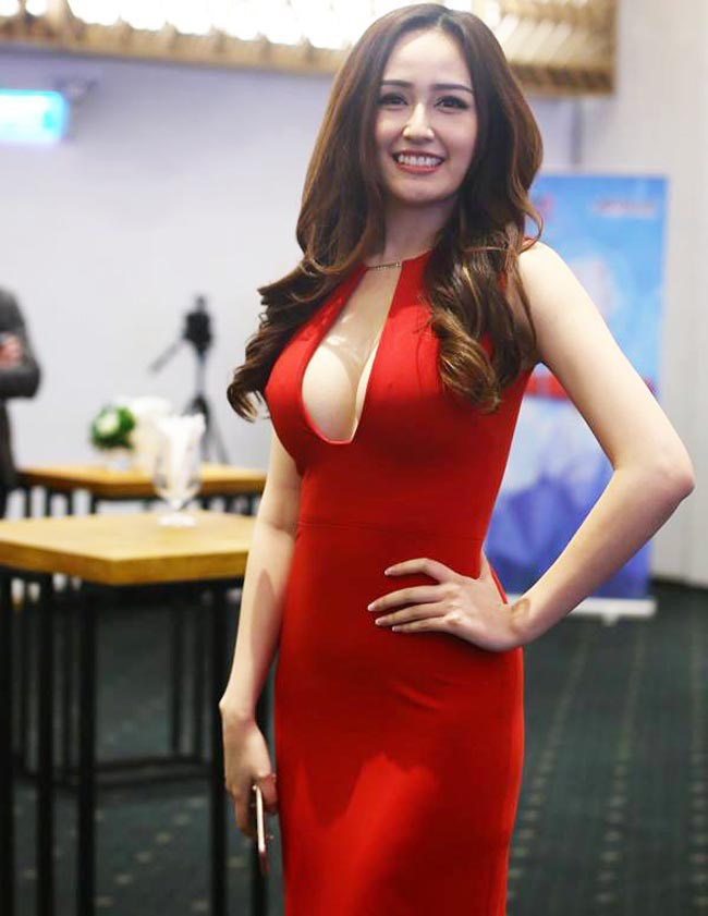 Trong số các Hoa hậu, Mai Phương Thúy chính là người nghiện lăng xê vòng 1 nhất. Cứ xuất hiện trên thảm đỏ thì bằng mọi giá vòng một phải được phô bày.