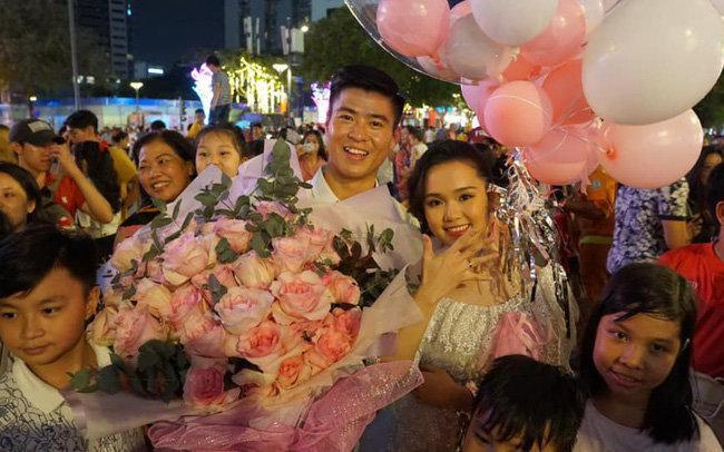 Duy Mạnh bất ngờ cầu hôn bạn gái tại phố đi bộ Nguyễn Huệ.