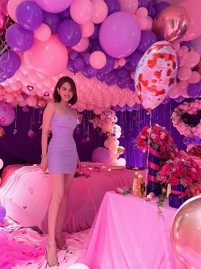 Ngọc Trinh trong ngày sinh nhật của mình cũng từng diện kiểu váy tím hai dây có thiết kế hao hao giống hai mỹ nhân trên khoe được body cực phẩm của cô nàng.