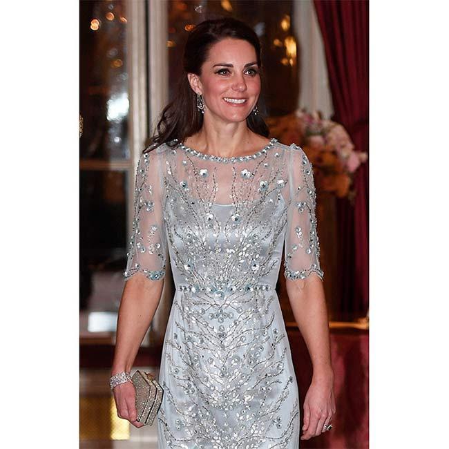 Trước đây trong những sự kiện trịnh trọng, Kate cũng thường xuyên chọn những kiểu váy xuyên thấu phần tay để tạo điểm nhấn