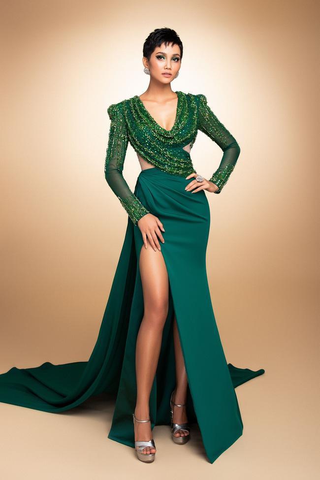 Chiếc váy lẽ ra đã được xuất hiện trên sân khấu Miss Universe 2018. Nhưng dù sao chiếc váy vàng cũng làm tròn sứ mệnh khi được Missosology bình chọn là một trong những chiếc vay đẹp nhất lịch sử Miss Universe.