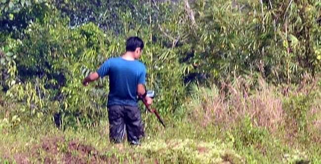 """Lực lượng chức năng đang rà mìn, kim loại tại nơi Tuấn """"khỉ"""" bị tiêu diệt. Ảnh: VTC News"""