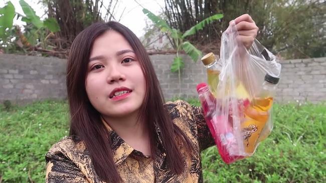 """Thanh Lương """"troll"""" anh trai với chai nước trộn dầu trong Vlog đầu tiên của mình"""