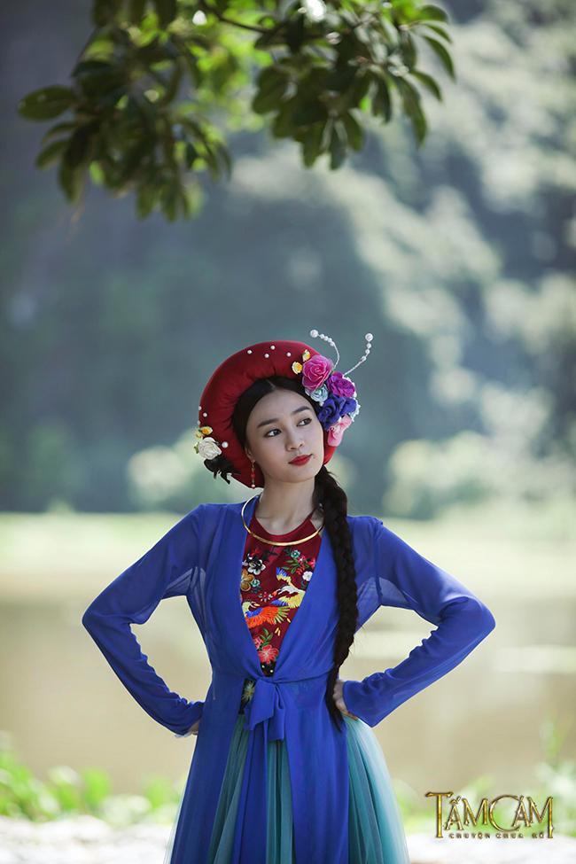 Phục trang của Ninh Dương Lan Ngọc được sử dụng nhiều kỹ thuật may thêu cổ truyền của Việt Nam như thêu ruy băng, thêu chỉ, được làm mới lại bằng chất liệu, màu sắc và hình họa tiết. Tạo hình cổ trang của Lan Ngọc được đánh giá nổi bật, sang trọng nhờ vào chiêc kiềng cổ bằng vàng.
