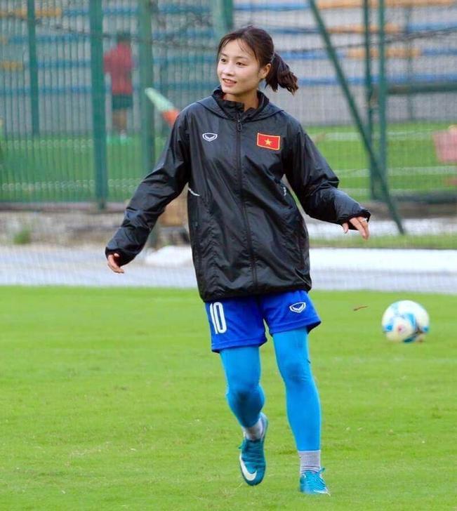 Sau trận bán kết, Hoàng Thị Loan có lẽ là cái tên được fan truy lùng nhiều nhất. Lượt theo dõi trên trang cá nhân của người đẹp cũng tăng lên nhanh chóng.