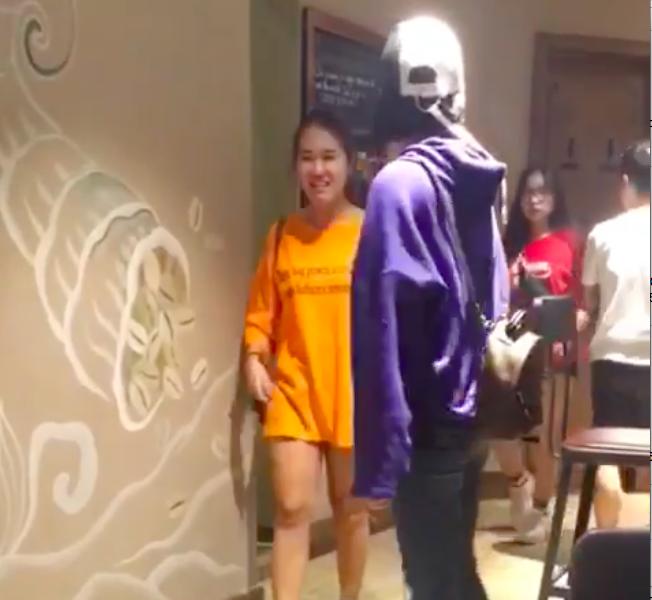 """Bảo Anh mặc áo tím đi chơi cùng""""hội chị em hậu phương"""" của U23 Việt Nam."""