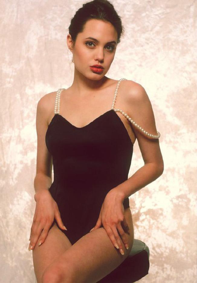 Loạt ảnh của Angelina Jolie làm người mẫu áo tắm năm 16 tuổi được chia sẻ lại trên mạng xã hội và thu hút sự quan tâm của người hâm mộ