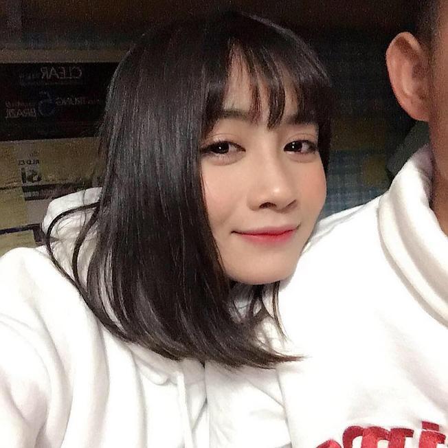 """Trung vệ Hoàng Thị Loan đang là cái tên """"tạo bão"""" mạng xã hội."""