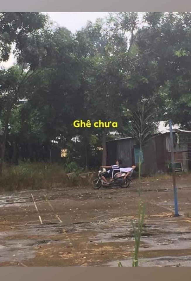 2 nam sinh lái xe trong tư thế ngã ngửa trên yên xe….