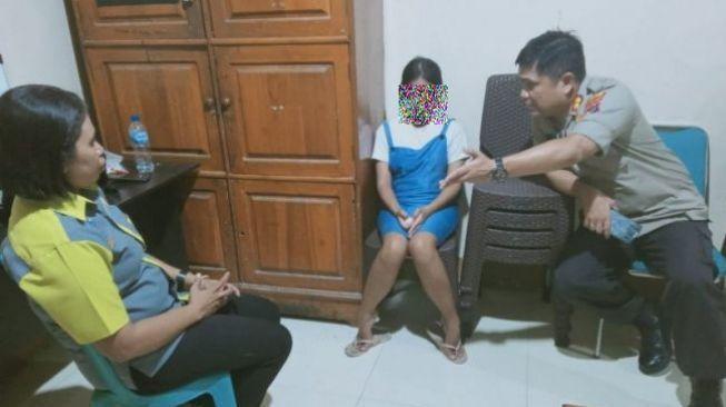 Thiếu nữ ngỗ nghịch đã bị cảnh sát bắt giữ.
