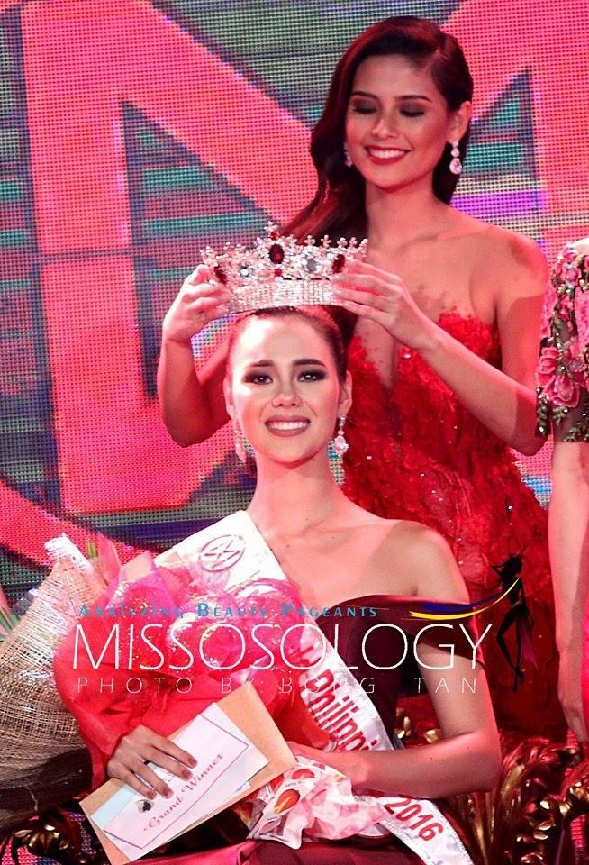 Hillarie Parungao trao vương miện Hoa hậu Thế giới cho Catriona Gray vào năm 2016.