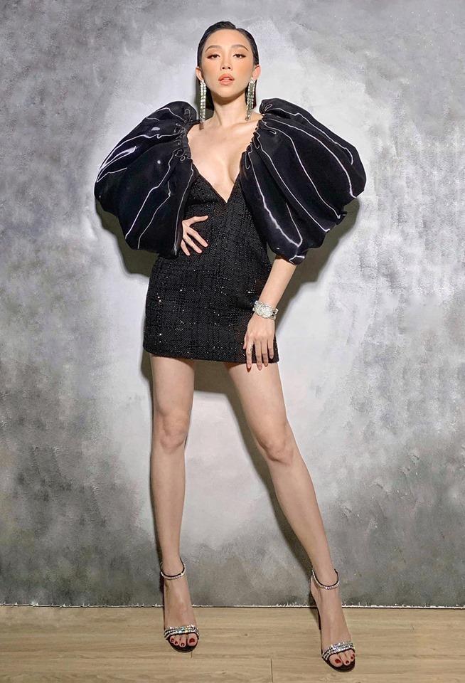 Cô khoe đôi chân dài thon thả quyến rũ trong chiếc đầm đen siêu ngắn