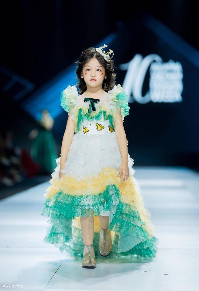 Nguyễn Hoàng Anh được khoác lên mình bộ cánh lộng lẫy, bồng bềnh như công chúa.Ảnh Huu Anh Zoner