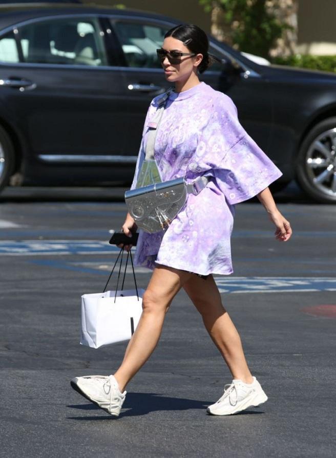 Kiểu túi Dior của Kim đeo trên người thuộc BST Dior x Sorayama Saddle . Đây là kiểu túi mà nhà mốt Pháp hợp tác cùng họa sĩ người Nhật Hajime Sorayama.