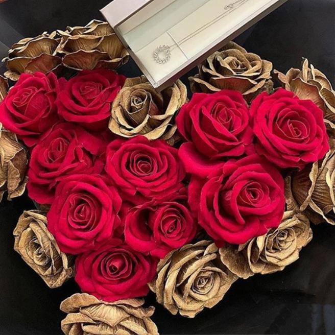 Không chỉ nói, trung vệ của Viettel còn tặng cho người yêu một buổi tối sinh nhật đầy ý nghĩa. Anh chàng cất công chuẩn bị 22 bông hoa hồng tượng trưng cho tuổi 22 rực rỡ của Khánh Linh. Kèm với đó là chiếc vòng cổ long lanh, tinh tế. Cả hai đón sinh nhật trong một nhà hàng đơn giản nhưng sang trọng.