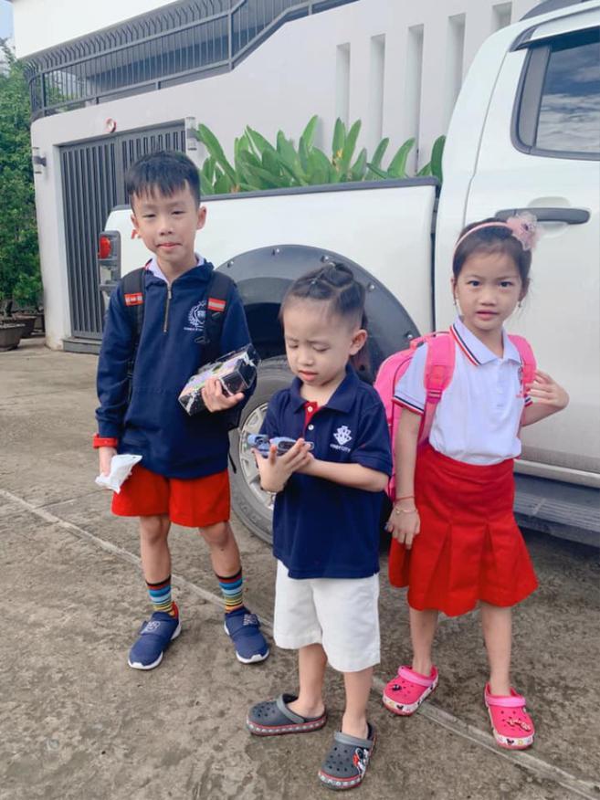 Ốc Thanh Vân cho hay 3 nhóc tỳ nhà cô rất hào hứng trong ngày đầu nhập học
