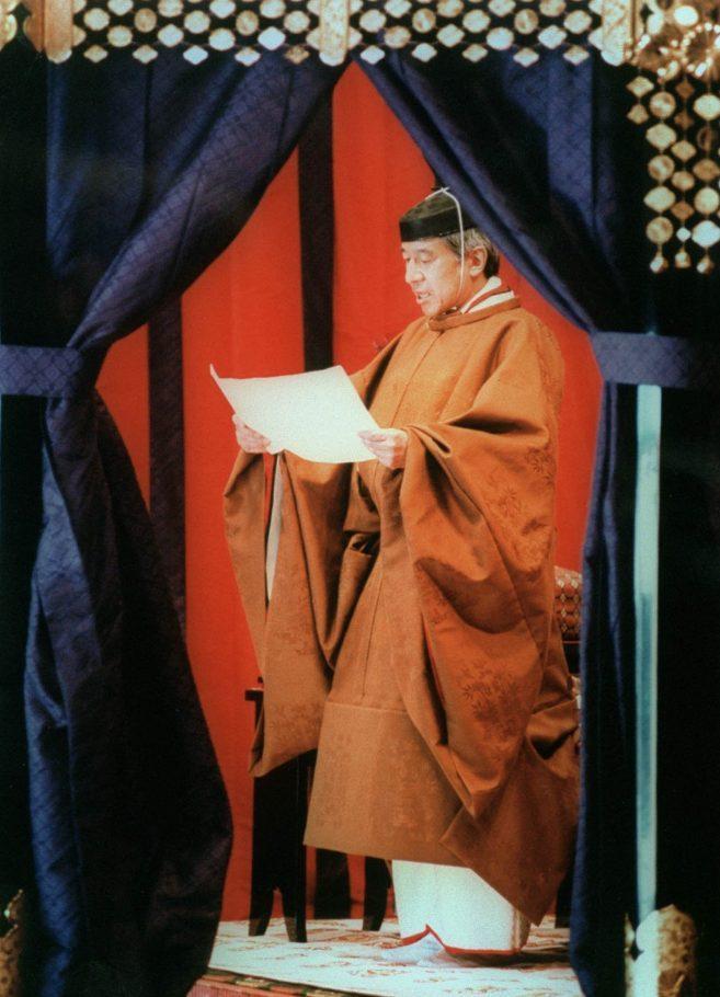 Nhật hoàng Akihito mặc nghi phục trong lễ đăng quang năm 1990.