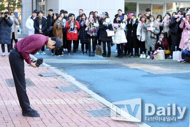 Trước sự chào đón ấm áp của fan, Jung Il Woo cúi gâp đầu chào mọi người và liên tục vẫy tay đáp lại tình cảm từ những người yêu mến mình.
