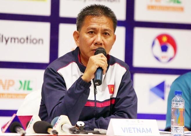 HLV Hoàng Anh Tuấn đi trong tư thế từ chức là may mắn nếu so sánh về chuyện ông Park bị sa thải. Ảnh: VFF