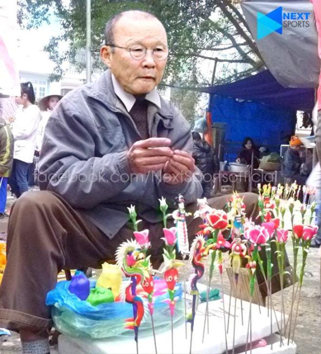 Thầy Park trông vô cùng hài hước khi hóa thân làm ông cụ làm tò he. Giữa nhịp sống hiện đại, ít ai biết rằng thứ làm bằng bột với 7 sắc cầu vồng đã từng là tuổi thơ của biết bao đứa trẻ Việt Nam. (Ảnh của Next Sport)