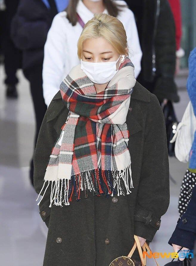 Jihyo luôn cúi mặt, lộ rõ vẻ thất thần.