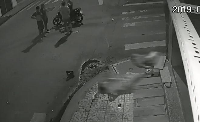 Gã tài xế tông tử vong cô gái ở Sài Gòn rồi bỏ đi, trong khi hai nạn nhân nằm bất động dưới đường.