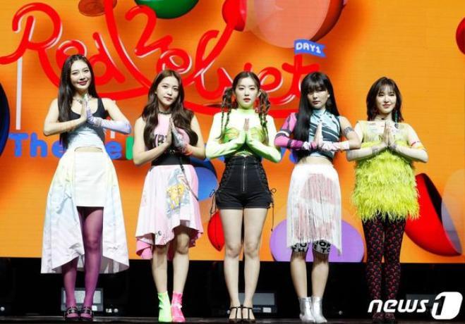 Trang phục chủ đạo cho lần comeback này của Red Velvet khiến nhiều người không lắc đầu ngán ngẩm