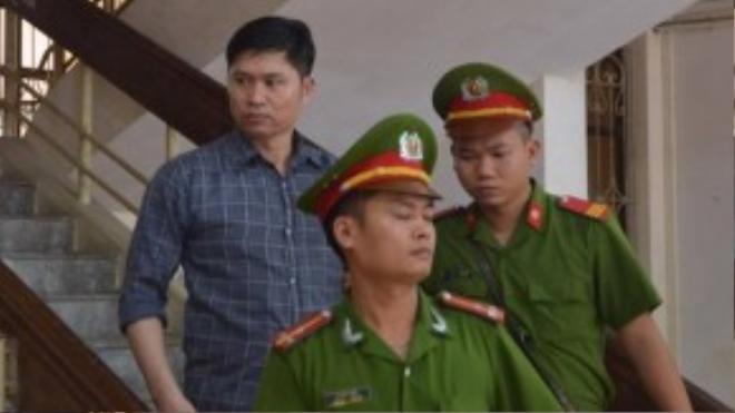 Sau 15 phút tuyên án, hai bị cáo Tường và Khánh được dẫn giải nhanh ra khỏi phòng xử. Ảnh: Hoàng Anh.