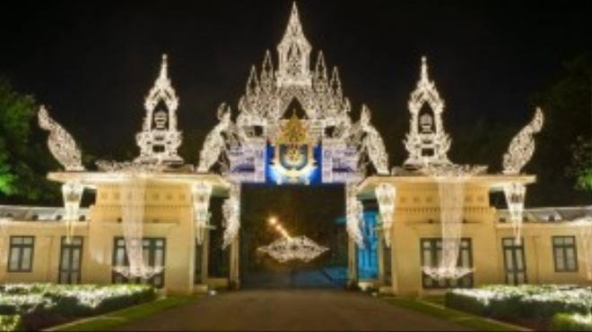 Thái Lan: Điện Chitralada ở Bangkok là nhà của Vua Bhumibol Adulyadej, vị vua đầu tiên không sống ở Cung điện hoàng gia. Cung điện này có một phần là trang trại, phục vụ cho các dự án nông nghiệp hoàng gia, một phần là trường học dành cho trẻ em thuộc hoàng gia và nhân viên làm trong cung điện.