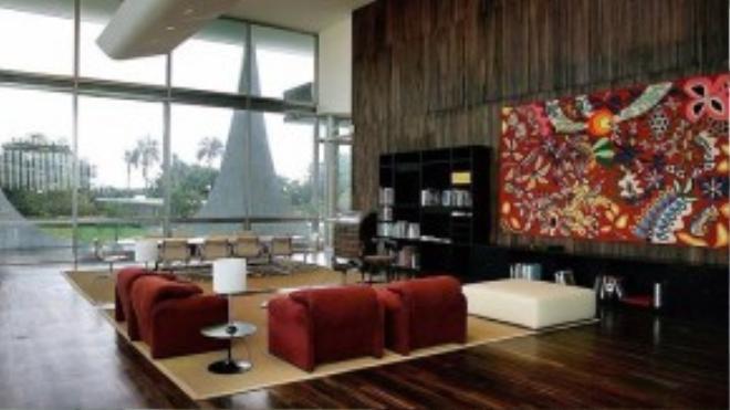 Dinh thự theo phong cách tối giản này có các phòng riêng, một phòng khách khổng lồ, tầng hầm có phòng giải trí, nhà kho và nhà bếp.