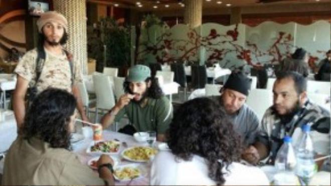 Ăn uống tại nhà hàng cao cấp trong thành phố Raqqa.