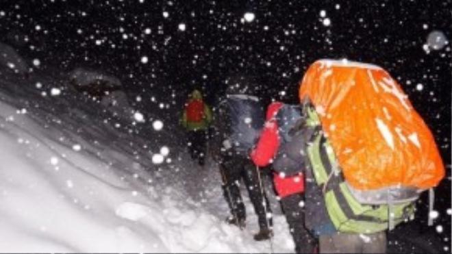 """Vì """"không theo nổi"""" đoàn người băng qua bão tuyết để di chuyển đến nơi khác, Mỹ Linh đã quay trở về lều và may mắn sống sót."""