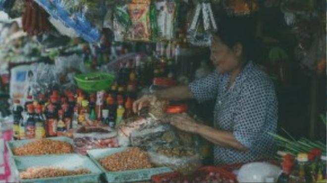 Cô Mai cho biết đã bán ở chợ Xóm Củi gần 30 năm, trải qua rất nhiều thâm trầm cùng khu chợ, cô cảm thấy ở đây như một phần gia đình mình.