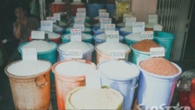 Hàng gạo với kiểu trưng bày sản phẩm quen thuộc của người Việt.