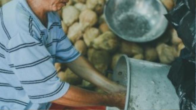 Ồn ào, náo nhiệt luôn là nét đặc trưng của chợ, nhưng tại một góc nhỏ sâu trong chợ, người đàn ông này vẫn từ tốn thực hiện công việc của mình, không xô bồ, không hối hả.