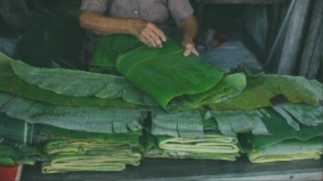 Và cụ Trúc cũng vậy, giữa không khí nhộn nhịp của chợ, đã hơn 40 năm nay, cụ vẫn miệt mài với công việc của mình. Hằng ngày có người chở lá chuối đến giao cho cụ. Cụ phân loại và sắp xếp lại, rồi bán cho khách với giá 10.000 đồng/kg.
