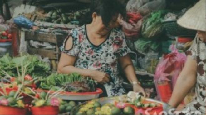 Ở chợ Xóm Củi, chúng ta có thể tìm mua những mặt hàng mà đôi khi ở các trung tâm thương mại to lớn không có. Trầu cau là một trong những loại hàng hóa đó, cô Sáu cho biết cô chủ yếu bán cho những khách hàng lớn tuổi còn sở thích ăn trầu và cung cấp cho các lễ ăn hỏi, cưới xin.