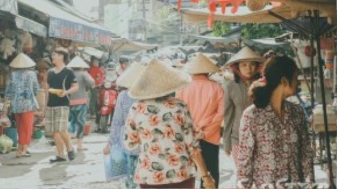 Đi chợ từ lâu luôn là công việc của người phụ nữ trong gia đình. Thế nhưng khi các siêu thị mọc lên như nấm, hình ảnh các chị các mẹ đội nón lá, xách giỏ đi chợ không còn phổ biến nữa.