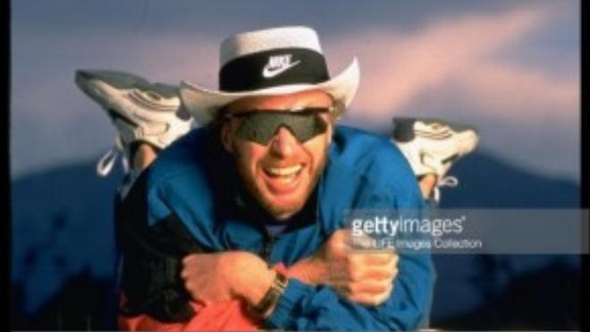 """Phil Knight, đồng sáng lập hãng thời trang Nike, từng vận động bang Oregon tăng thuế thu nhập đối với người giàu, từng nói: """"Tôi là Phil Knight và tôi không tin vào quảng cáo""""."""