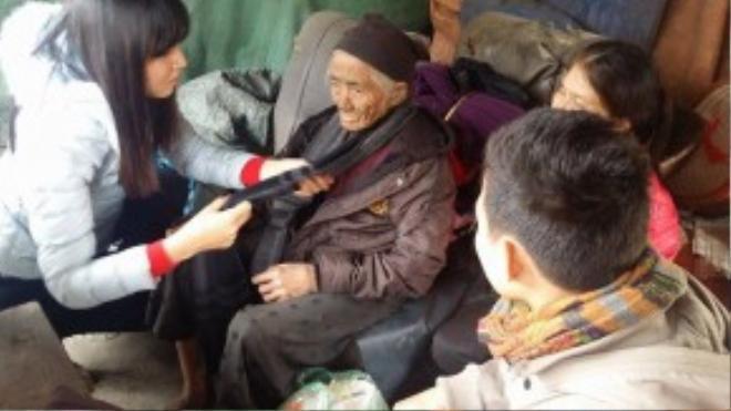 Một số tổ chức và cá nhân từ thiện gần đó đã đến thăm và trao quà cho bà cụ ngay sau khi thông tin được đăng tải (Ảnh: Huyền Linh)