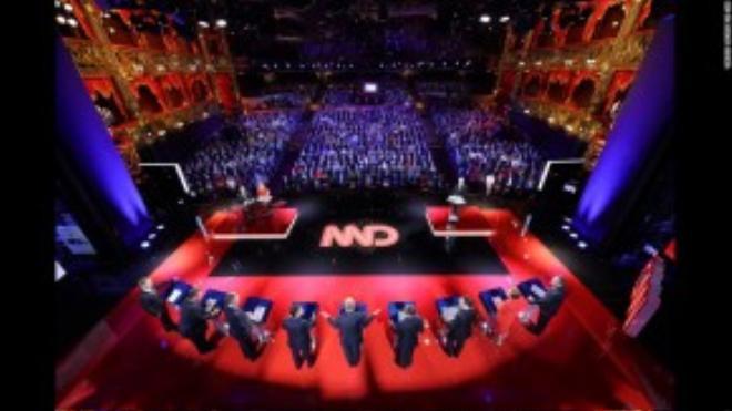 Buổi tranh luận của các ứng cử viên Tổng thống Mỹ diễn ra tại Las Vegas hôm 15/12. Nhiếp ảnh gia đã ghép từ 7 góc chụp khác nhau để tạo nên bức ảnh này.