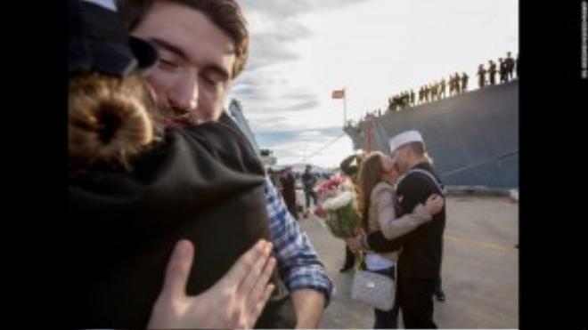 Các cặp đôi trao nụ hôn và cái ôm thật chặt khi các lính thủy trở về cảng Norfolk, Virginia, Mỹ sau 8 tháng ngoài khơi.