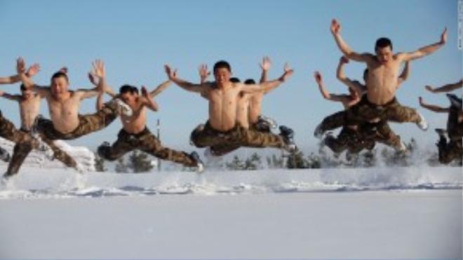 Các chiến sĩ đặc công Trung Quốc luyện tập ngoài tuyết dù nhiệt độ đã xuống dưới mức 0.