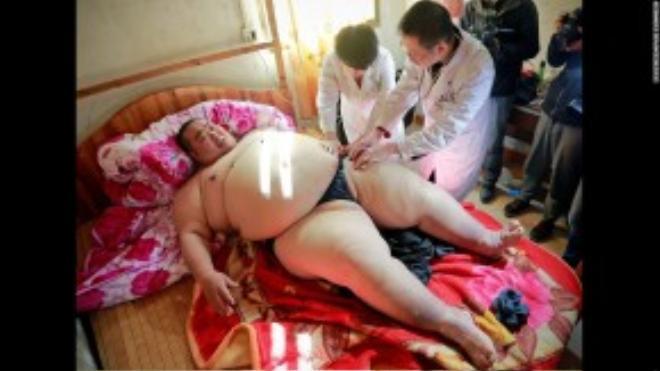 Deng Guiliang, người đàn ông béo nhất Trung Quốc, nặng hơn 260 kg, đang được các bác sỹ kiểm tra trước khi tiến hành phẫu thuật giảm mỡ.