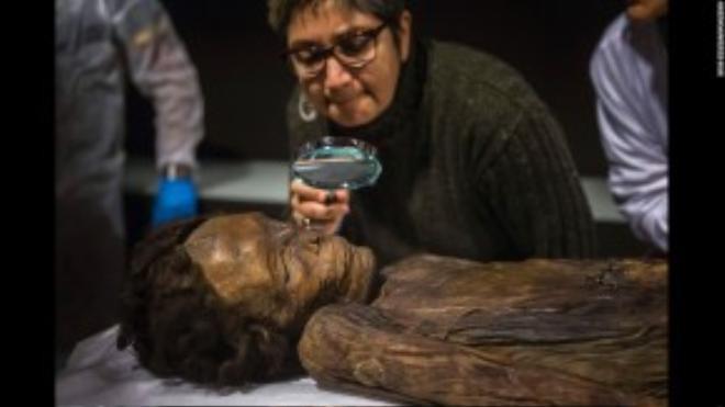 Nhà khảo cổ học ở Madrid đang kiểm tra một xác ướp có từ thế kỷ 18 vừa mới được khai quật tại đảo Canary, Tây Ban Nha.