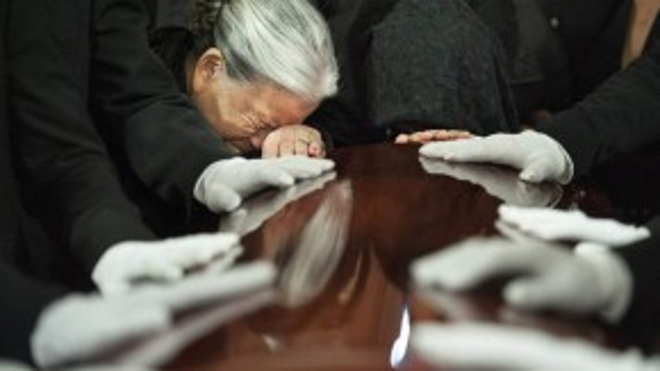 Mẹ của nạn nhân Tín Nguyễn trong vụ xả súng tại bang San Bernardino hôm 2/12, gục khóc trước quan tài con gái trong lễ tang diễn ra ngày 12/12.