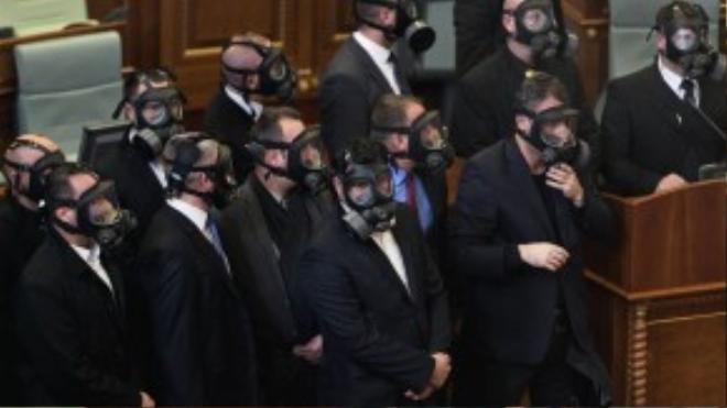 Các nhân viên an ninh đeo mặt nạ chống khí gas sau khi một số nhà hoạt động chống đối chính phủ Kosovo tung bình gas gây nhiễu loạn phiên họp nội các đang diễn ra tại thủ đô Pristina ngày 14/12.