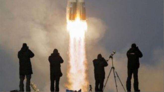 Tàu vũ trụ Soyuz TMA-19M mang theo các du hành gia Timothy Peake (người Anh), Yuri Malenchenko (người Nga) và Timothy Kopra (người Mỹ) lên Trạm Vũ trụ Quốc tế (ISS) tại sân phóng tàu vũ trụ Baikonur, Kazakhstan hôm 15/12.