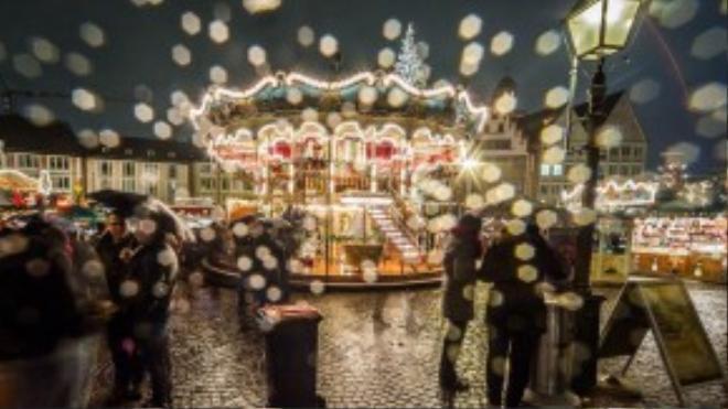 Những hạt mưa rơi ở một chợ Giáng sinh tại Frankfurt, Đức.