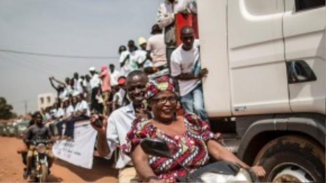 Những người ủng hộ tổng thống Alexandre-Ferdinand Nguendet của Cộng hòa Trung Phi xuống đường biểu tình đòi tiếp tục tiến hành bỏ phiếu bầu cử sau một thời gian dài trì hoãn.